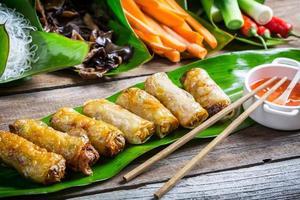 rouleaux de printemps frits entourés d'ingrédients