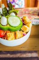 salade de jardin bio fraîche avec des biscuits et des œufs de caille