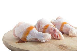 cuisses de poulet cru sur des planches à découper en bois sur fond blanc photo