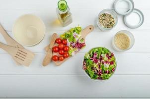 préparation de salade de légumes mélangés