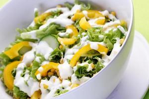 gros plan de salade de printemps photo