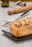pain de viande en tranches avec des œufs photo
