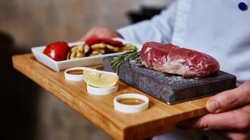 viande grillée sur astone aux légumes photo