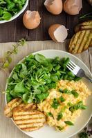 oeufs brouillés avec salade