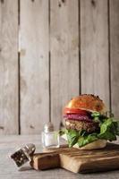 Burger végétarien fait maison dans un petit pain aux graines de sésame de bière. photo