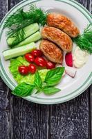 saucisses et légumes