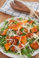 salade de roquette avec citrouille rôtie et fromage