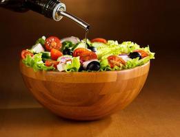 l'huile dans un bol de salade de légumes