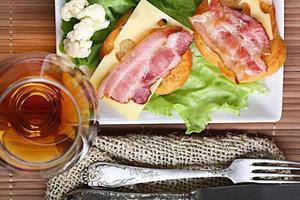 Servir des toasts au petit déjeuner avec du bacon et des herbes