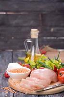 légumes, poulet cru et lentilles fraîches photo