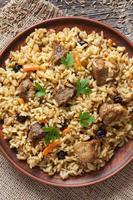 le pilaf est un plat traditionnel délicieux avec de la viande frite, de l'élévation, de la carotte photo