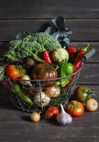 Légumes frais du jardin dans un panier métallique vintage