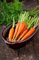 carottes fraîches sur fond en bois ancien