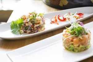 tartare de saumon à l'avocat, aux olives et à l'estragon