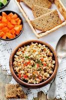 bouillie d'orge avec viande et légumes