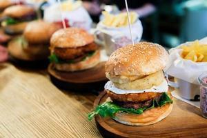 Gros plan d'un hamburger fait maison avec des frites photo