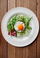 tartare de boeuf aux œufs sur le plat