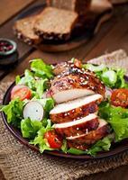 salade de légumes frais avec poitrine de poulet grillée