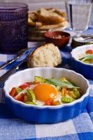 oeufs au plat avec légumes photo