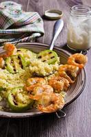 crevettes frites sur des brochettes photo
