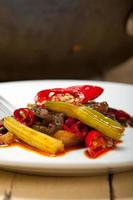 piment frit et légumes sur un wok photo