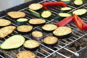 courgettes, poivrons, aubergines cuites grillées photo