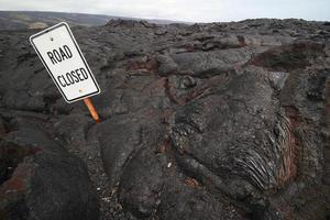 pierre de lave couvrant la route