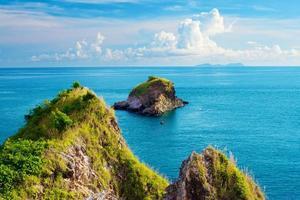 rochers dans une mer photo