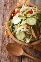salade de chou aux concombres dans un bol vue de dessus verticale