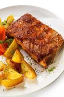 côtes levées grillées, pommes de terre au four et légumes