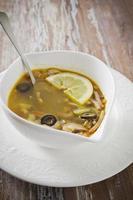 bol de soupe sur une belle assiette
