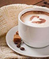 tasse de latte sur le vieux fond en bois photo