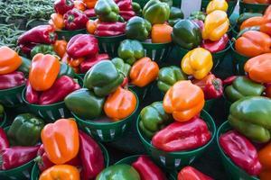 poivrons colorés au marché de la ferme photo