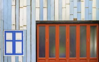 devant une maison peinte de motifs et de couleurs photo