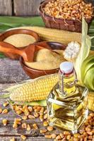 maïs avec grains de polenta et huile de maïs photo