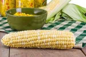 bol de relish de maïs frais avec du maïs photo