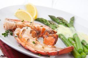 queues de homard grillées photo