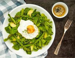 salade verte printanière saine avec oeuf photo
