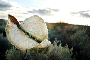 chapeau de cowboy au coucher du soleil photo