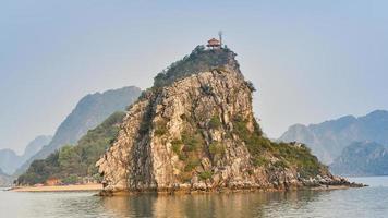 promontoire calcaire avec pagode au sommet - ha long bay