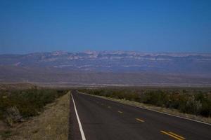 la route disparaît dans l'horizon sud-ouest