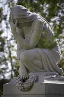 statue de femme en deuil