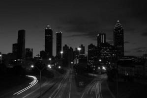 centre-ville en noir et blanc. voir aussi la photo couleur.