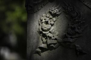 sculpture en relief de fleurs