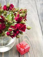 roses rouges et coffret cadeau photo