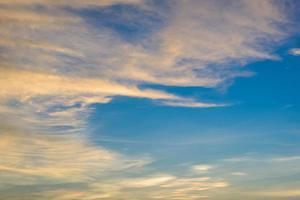 le soleil brille à travers les nuages de pluie