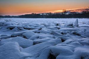 lever du soleil sur la rivière gelée photo