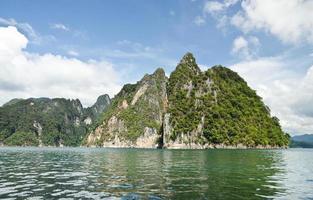 belle montagne entourée d'eau, attractions naturelles en r