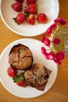 muffins au chocolat avec fraise photo