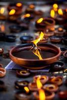 des bougies allumées dans le temple indien. photo